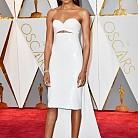 Наоми Харис в рокля Calvin Klein