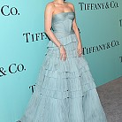 Хейли Бенет в рокля на J. Mendel